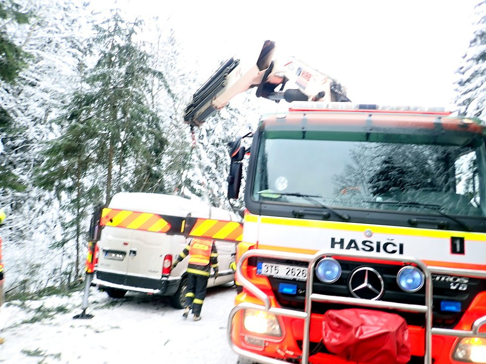 Dodávku Renault musel z porostu ve Starých Hamrech vyprostit až speciální vůz Bizon.