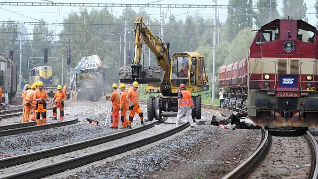 Další nesrovnalosti se objevují okolo pádu mostu a následné tragické srážky vlaku. Místo tragické nehody rychlíku Comenius ve Studénce.