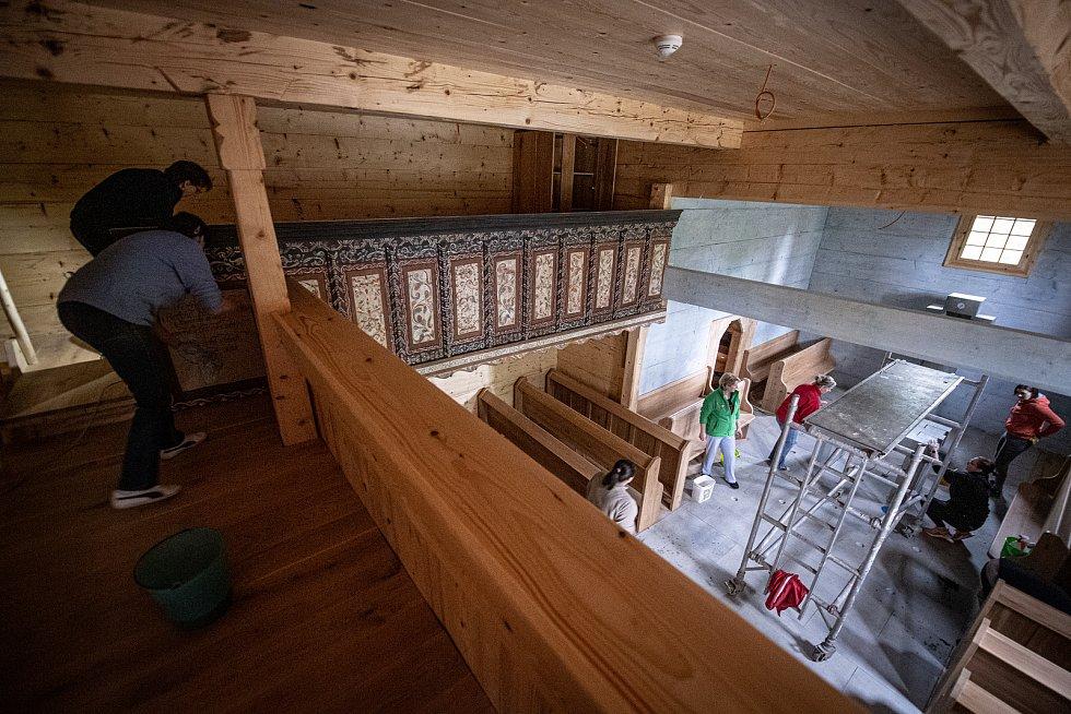 Úklid kostela Božího těla v Gutech a poslední přípravy před jeho otevřením veřejnosti, 22. května 2021, Třinec.