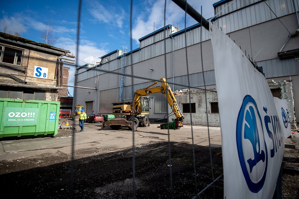Skupina Škoda Transportation v Ostravě postaví novou lakovnu za 300 milionů korun, obráběcí centrum za 100 milionů korun a výrobní linky za 200 milionů korun. Snímek ze zahájení stavby, únor 2020..
