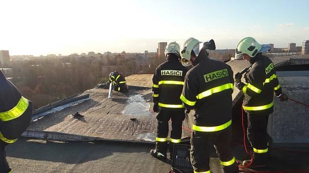 Zásah hasičů v Ostravě-Porubě kvůli silnému větru. Ilustrační foto.