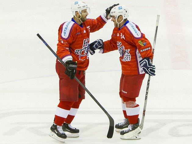 Radost porubských hokejistů. Vlevo útočník Tomáš Káňa si pláca s parťákem Vladimírem Lukou.