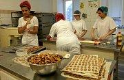 Učni z Klimkovic napečou půl tuny cukroví - víceméně vlastníma rukama