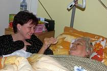 Dobrovolníci navštěvují staré lidi v domovech důchodců