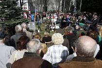 Památník připomínající popravu letců RAF, kteří se pokusili o útěk ze zajetí v Polsku, stojí v Ostravě-Hrabůvce už jednadvacet let. Včerejšího slavnostního ceremoniálu k 70. výročí této válečné události se zúčastnily i rodiny letců.