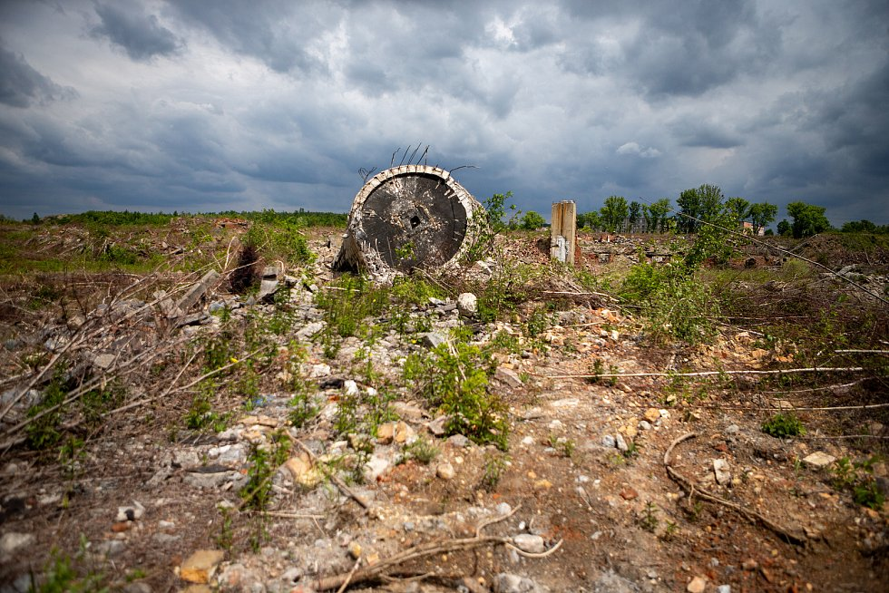 Odstřelem dvou stometrových komínů začala 30. května 2020 sanace areálu po bývalých chemických závodech v Ostravě-Hrušově. Komíny tu stály od poloviny 20. století.