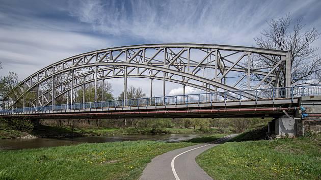 Most přes řeku Odru na silnici I/56 vedoucí z Ostravy na Hlučín a Opavu u Outlet Arény Moravia. Ilustrační foto před zahájením opravy.