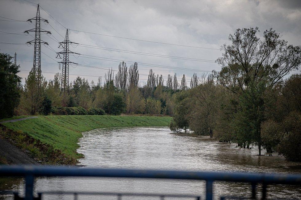 Rozvodněná řeka Odra zatopila část v okolí obce Petřkovic, 15. října 2020.
