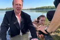 Z natáčení videoklipu ke skladbě Lovec v pasti na medvědy.