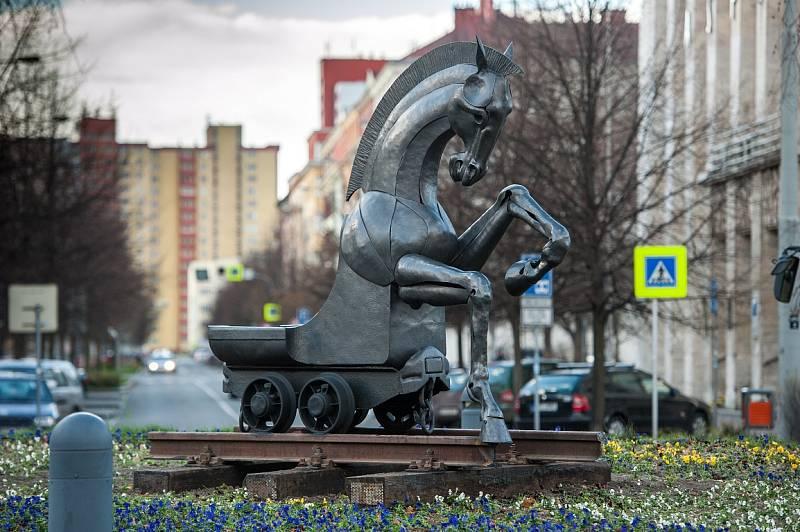 Pocta hornictví, vítězná plastika Sympozia prostorových forem Ostrava 2013, na snímku z doby, kdy kruhový objezd před Novou radnicí.