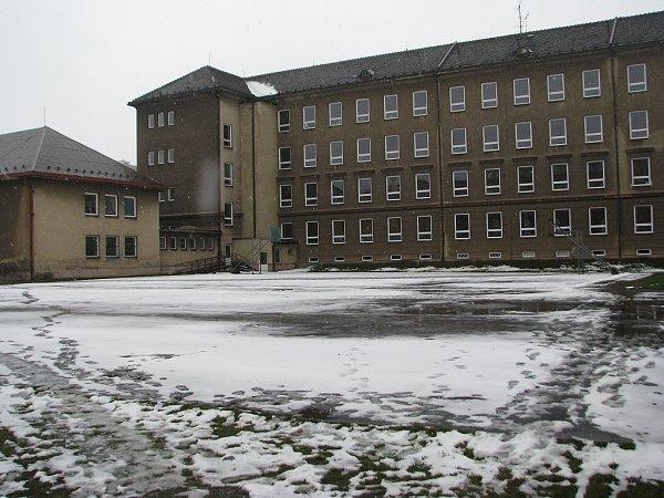 Staré hřiště uGymnázia Třinec definitivně dosloužilo, dnešním dnem začne stavba, na jejímž konci bude kvalitní sportoviště pro studenty iostatní zájemce.