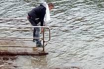 Vodu v prosincovém Jadranu si na vlastní kůži vyzkoušel trenér Zdeněk Pommer.