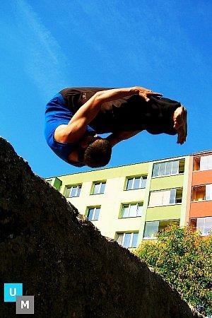 Free running je umění pohybu, akrobatická sportovní disciplína. Spojuje prvky triků a pouličních skoků kplynulému a nepřerušovanému pohybu vpřed.