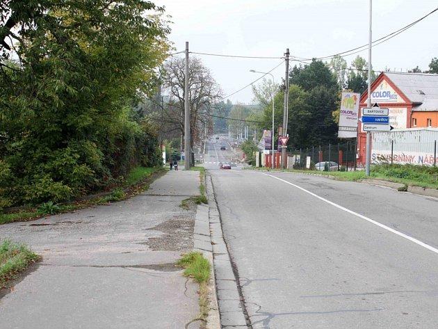 V těchto místech sedmadvacetiletý muž dívku brutálně napadl a znásilnil. Ve křoví jí týral čtyři hodiny.