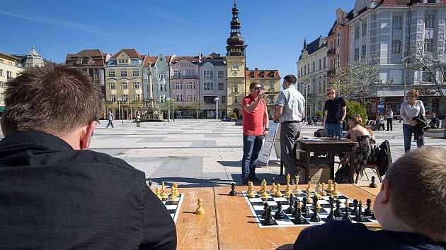 Ostravský koník. Simultánka na Masarykově náměstí v Ostravě.