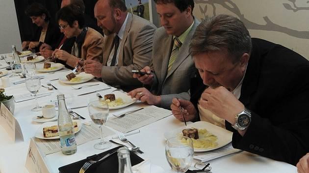 Jaké jídlo je typické pro Moravskoslezský kraj a zároveň nejlépe chutná? Lidé posílali do druhého ročníku soutěže Jak šmakuje Moravskoslezsko recepty, odborná porota a novináři hodnotili.