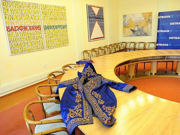 Magistrát města Ostravy dostává od zahraničních návštěv nejrůznější dary. Nejzajímavějšími z nich jsou například kaftan z kazachstánského Uralsku nebo modrá plachta z Abomey v Beninu.