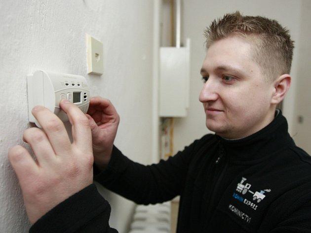 """Detektory oxidu uhelnatého pořízené radnicí Ostravy-Jihu nyní montují pracovníci odborné firmy do bytů s """"karmami""""."""