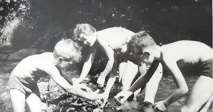 Chytáme raky v potoku u chaty