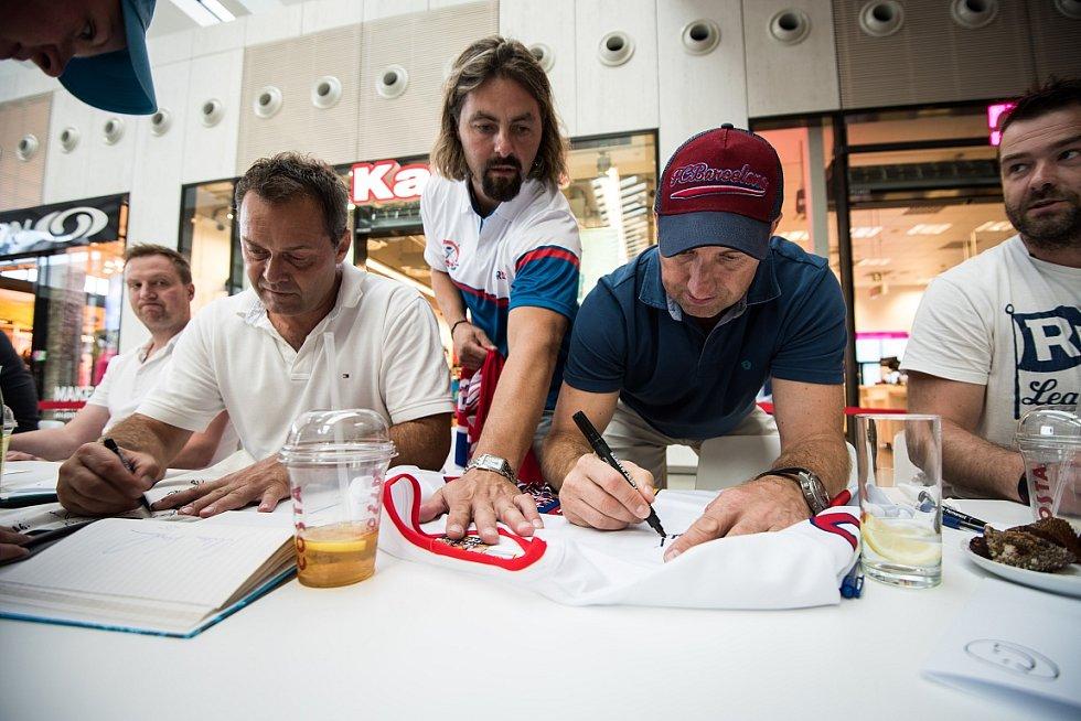 Olympijský vítěz z Nagana a dvojnásobný mistr světava,dvaačtyřicetiletý rodák z Opavy David Moravec, se společně se svými bývalými spoluhráči z Vítkovic zúčastnil autogramiády v ostravském Foru Nová Karolina.