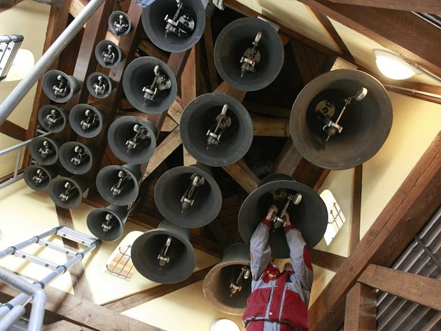 Dvaadvacet zvonů na věži Staré radnice na Masarykově náměstí v Ostravě se včera dočkalo údržby, a to poprvé od jejich instalace před jedenácti lety.