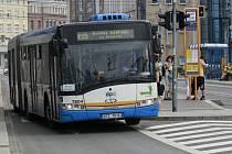 Obnova Nádražní ulice v úseku mezi křížením s ulicemi Stodolní a 28. října vstoupila do fáze komplexní rekonstrukce tramvajové trati. Lidé tak musí přestupovat na náhradní autobusovou dopravu.