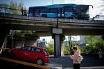 Nehoda autobus DPO na Frýdlantských mostů v centru Ostravy, 29. dubna 2020.
