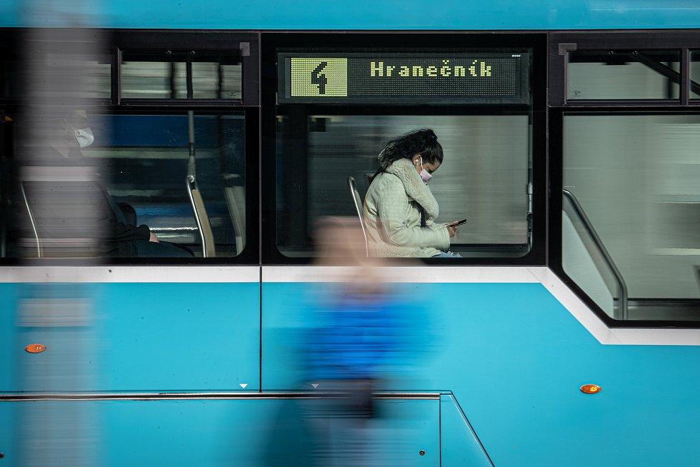 Žena s respirátorem v MHD, 25. února 2021 v Ostravě. Kvůli koronavirové epidemii začala platit povinnost na frekventovaných místech nosit respirátor nebo dvě jednorázové zdravotnické roušky přes sebe.