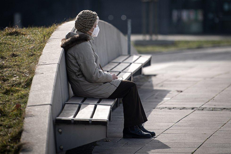 Žena s respirátorem, 25. února 2021 v Ostravě. Kvůli koronavirové epidemii začala platit povinnost na frekventovaných místech nosit respirátor nebo dvě jednorázové zdravotnické roušky přes sebe.