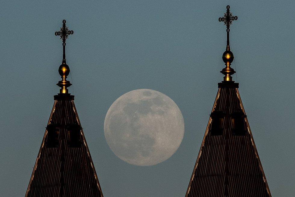 Měsíc v tzv. superúplňku nad Ostravou, 7. dubna 2020.