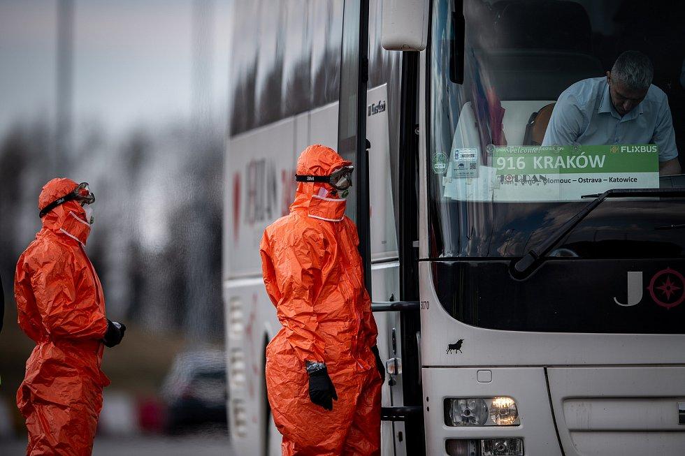 Lékařská kontrola na Polském přechodě Gorzyczki, březen 2020. Ilustrační foto.