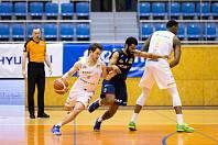 Basketbalisté NH Ostrava prohráli v sobotním utkání 1. kola nadstavbové skupiny A2 na palubovce Svitav 68:77. Na snímku v modré Američan Alleyn, autor třinácti ostravských bodů. Foto: basket Svitavy