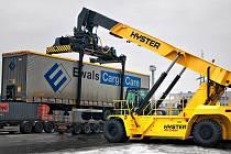 Nový překládač Hyster 45-27 IH dokáže uzvednout až pětačtyřicet tun