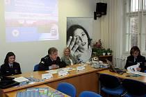 Zprava vedoucí intervenčního centra Ostrava Lucie Paprsteinová, ředitel ostravské policie Tomáš Landsfeld a Stanislava Klečková ze speciálního týmu ostravské policie, který se zaměřuje na problematiku domácího násilí.