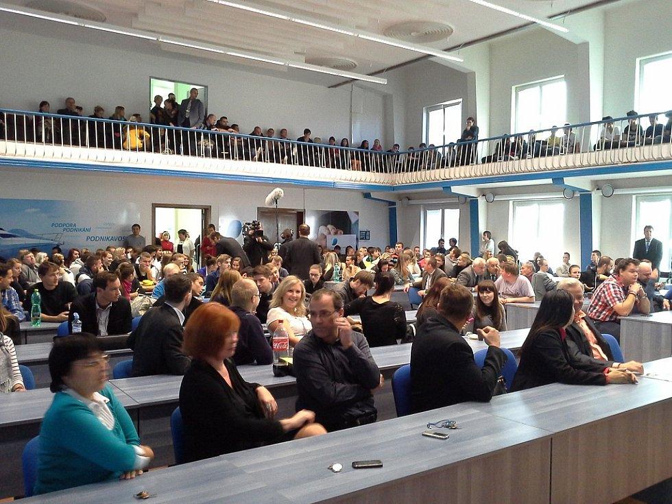 Čekání na prezidenta. Miloš Zeman v rámci své návštěvy kraje se sejde i se studenty Vysoké školy podnikání v Ostravě.