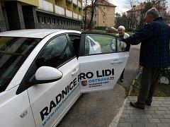 Seniortaxi jezdí už i v Ostravě. Lidé starší 65 let a také zdravotně postižení se mohou za dvacetikorunu svézt k lékaři, na nákupy či třeba za rodinou.