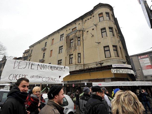 Happening na podporu záchrany Ostravice-Textilie včera přilákal i v nepříznivém počasí desítky příznivců bývalého módního domu.