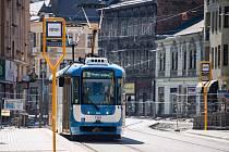 Tramvaje od včerejška znovu projíždějí po celé Nádražní ulici.