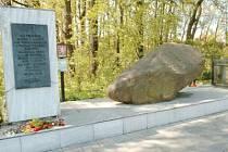 Porubský bludný kámen je dnes součástí památníku padlým.