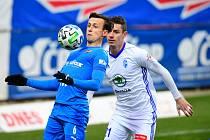 ČTVRTOU VÝHRU po sobě zaznamenali v lize fotbalisté Baníku Ostrava v úterý v Mladé Boleslavi. Premiérovým ligovým gólem v baníkovském dresu k ní pomohl Daniel Tetour (v modrém).