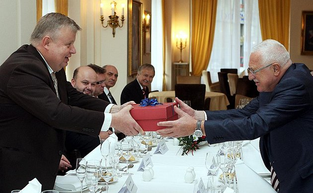 Prezident Václav Klaus při své návštěvě Ostravy poobědval s podnikateli sdruženými v Národním strojírenském klastru a navštívil Ekonomickou fakulty Vysoké školy báňské Technické univerzity Ostrava.