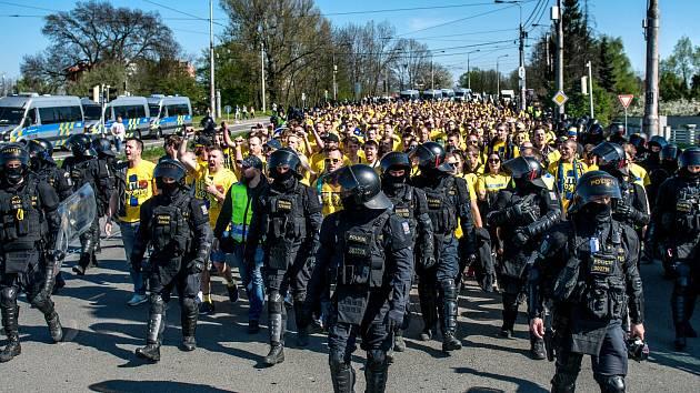 Příjezd opavských fanoušků do Ostravy a jejich přesun na vitkovický stadion na zápas Baník vs. Slezský FC, 21. dubna 2019.