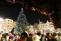 V centru Ostravy v sobotu začaly vánoční trhy. Součástí slavnostního zahájení bylo také rozsvícení dvanáct metrů vysokého vánočního stromu.