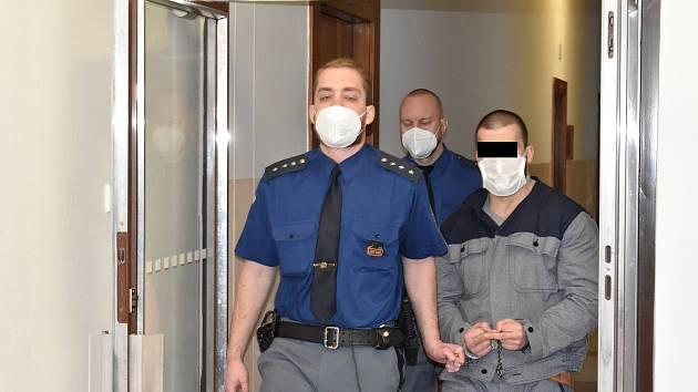 Muž prohlásil, že si nepamatuje na okamžik, kdy spoluvězně polil vodou.