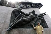 Památník 1. čsl. tankové brigády. Sochař Martin Kuchař (na snímku) dokončí rekonstrukci památníku právě dnes, v den, kdy byla před 69 lety osvobozena Ostrava.