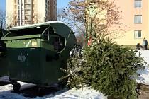 Až do konce ledna mají lidé možnost odkládat odstrojené vánoční stromky vedle kontejnerů na ostravských sídlištích.