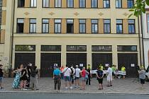 Původně protestní, ale díky přítomnosti zástupců vedení radnice spíše ostré debatní shromáždění v Ostravě-Mariánských Horách a Hulvákách, pondělí 21. června 2021.