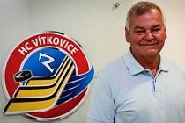 Vladimír Vůjtek stále pozorně sleduje hokejové dění. A to jak domácí extraligu, tak výsledky a výkony národního týmu.