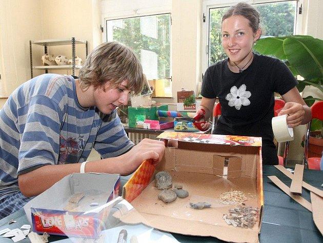 Atmosféra v ostravské zoo byla včera tvořivá. Děti navrhovaly výběh pro šelmy a mohly se vyřádit i u nejrůznějších zábavných soutěží a her.