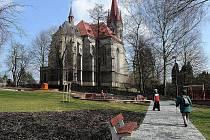 Zrekonstruovaný park u kostela v Polance láká k odpočinku.